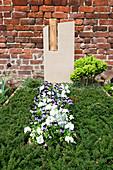 Grabgestaltung mit Hornveilchen und Stiefmütterchen