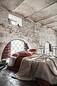 Lagenlook auf dem Bett im alten Gebäude mit Kappendecke