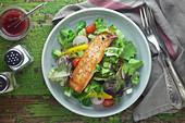 Blattsalat mit Lachsfilet, Kirschtomaten und Radieschen