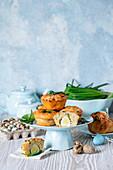 Muffins mit Eiern und Käse zu Ostern