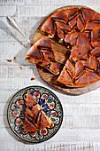 Angeschnittener Schoko-Hefekuchen auf Holzteller