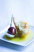 Hausgebackenes Ciabatta mit Olive und Bio-Olivenöl