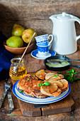 Roggen-Pancakes mit Birnen und Honig