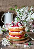Frühlingskuchen mit Frischkäse und Beeren