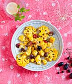 Kurkuma-Blumenkohl mit Weintrauben und Sesam