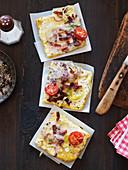 Flammkuchen mit Käse, Zwiebeln und Speck
