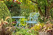 Sitzplatz mit blau lackierten Gartenmöbeln (Kreislehrgarten, Steinfurt, Deutschland)