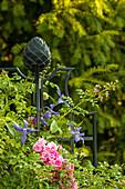 Rankhilfe mit Rosenstab und Kletterrosen im Garten
