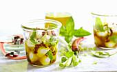 In Olivenöl eingelegter Mini-Mozzarella mit getrockneten Tomaten, Zwiebeln, Peperoni und Basilikum