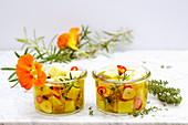 Eingelegte Manchego-Würfel mit Kräutern, Zitrone, Peperoni und Knoblauch