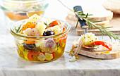 Eingelegte Manchego-Würfel mit Paprika, Schalotten, Oliven und Brot