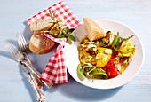 Mediterran eingelegtes Grillgemüse auf Teller mit Serviette