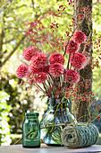 Herbststrauß mit Dahlien, Hagebutten und Zweigen vom Schlitzahorn
