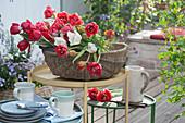 Korb mit frisch geschnittenen Tulpen