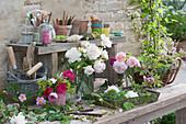 Kleine Sträuße aus frisch geschnittenen Rosen auf dem Topftisch