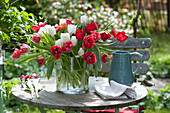 Tulpenstrauß auf dem Terrassentisch