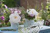 Kleine Sträuße mit Pfingstrosenblüten, Storchschnabel, Bergbohnenkraut und Gräsern
