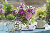 Kleiner Strauß aus Rosenblüten, Flockenblume, Storchschnabel, Bergbohnenkraut und Bärlauch