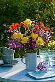 Frühsommerstrauß aus Trollblumen, Nelkenwurz, Wiesensalbei und Witwenblume