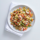 Farfalle salad with vegetables and prawns
