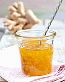Ananas-Mango-Konfitüre mit Ingwer im Einmachglas