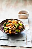 Gemüsesalat mit gebratenen Süßkartoffeln, Broccoli und Pilzen