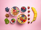 Acai-Smoothie mit Erdbeeren, Bananen, Heidelbeeren, Kiwi und Granola