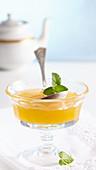 Aprikosen-Honigmelonen-Konfitüre in Glasschälchen mit Minzblättchen