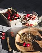 Kirschdessert mit Sahne und Schokoraspeln im Stielglas