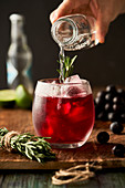 Sommergetränk mit Johannisbeeren, Rosmarin und Mineralwasser