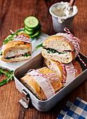 Baguette-Sandwiches mit Leberkäse, Meerrettich, Frischkäse und Rucola in Lunchbox