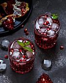 Granatapfelcocktails mit Minze und Eiswürfeln