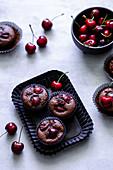 Schokoladenmuffins mit Kirschen