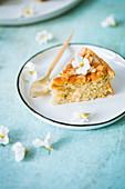 Ein Stück Milchreiskuchen mit Blütendeko