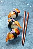 Nigiri-Sushi mit Aal und Nori