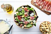 Blattsalat mit Schinken, Croutons und Käse