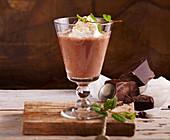 Gewürz-Schokolade mit Sahne und Chili und Minze
