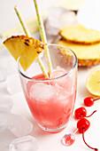 Singapore Sling mit Gin, Kirschlikör, Grenadine, Ananas, Orange und Cocktailkirsche