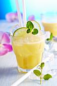 Alkoholfreier exotischer Fruchtdrink mit Ananas, Grapefruit, Limette und Kokosmilch