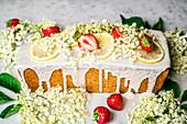 Frühlingshafter Kastenkuchen mit Holunderblüten und Erdbeeren