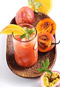 Selbst gemachter Tamarillo-Smoothie mit Passionsfrucht
