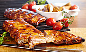 Gegrillte Spare Ribs in BBQ-Marinade mit Grillkartoffeln