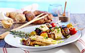Feta-Gemüse-Spiesse vom Grill mit Pilz-Antipasti und Brot