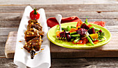Rote Chimichurri-Spiesse aus der Rinderhüfte mit Rote-Bete-Salat (Argentinien)