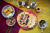 Tortillas mit Hähnchen, Salsa und Maiskolben (Mexiko)