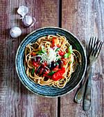 Spaghetti mit Tomaten-Basilikum-Sauce und Oliven
