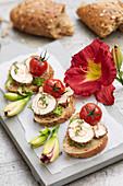 Brot mit Frischkäse, Tomate und Taglilienblüte