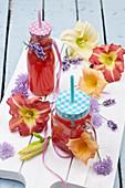 Sommergetränke mit Taglilienblüten