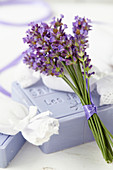 Lavendel-Sträußchen an Lavendelseife