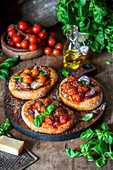 Pizzetas with red onion and cherries